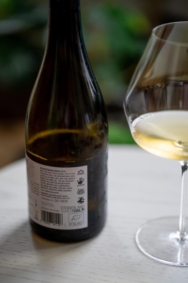 Rückseite der Flasche Bucherberg Weiss 2018 vom Herrenhof Lamprecht mit verschiedenen Zertifizierungen.